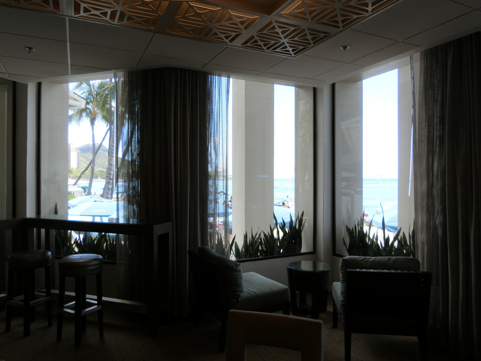 11moana_surfrider_beach_club_lounge